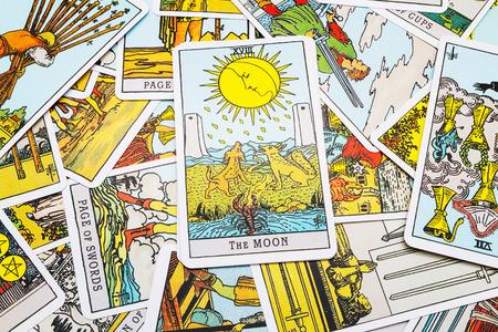 Tarot kaarten Tarot, de maan-kaart op de voorgrond. Stockfoto - 45132907