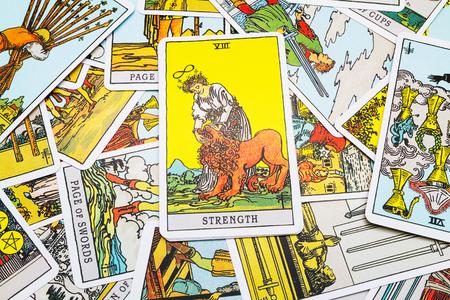 Tarot cards Tarot, the strength  card in the foreground. Stockfoto