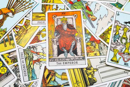 Tarot kaarten Tarot, de keizer-kaart op de voorgrond. Stockfoto - 45132909