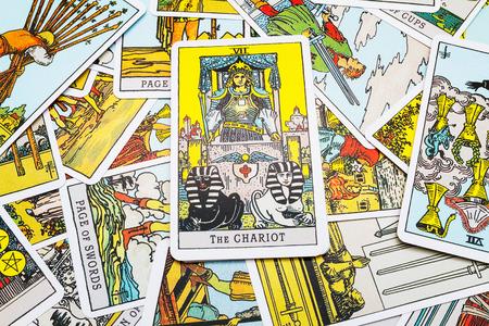 Tarot kaarten Tarot, de chat-kaart op de voorgrond. Stockfoto - 45132911
