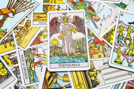 Tarot kaarten Tarot, de matigheid kaart op de voorgrond. Stockfoto - 45132912