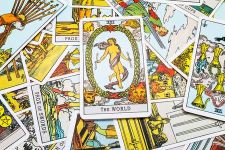 astrologie: Tarot-Karten Tarot, der Weltkarte in den Vordergrund. Lizenzfreie Bilder