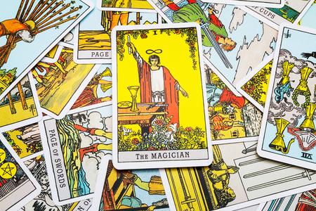 Tarot kaarten Tarot, de tovenaar kaart op de voorgrond. Stockfoto - 45132914