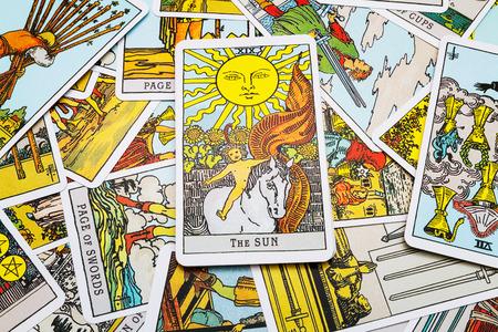 Tarot kaarten Tarot, de san-kaart op de voorgrond. Stockfoto - 45132915