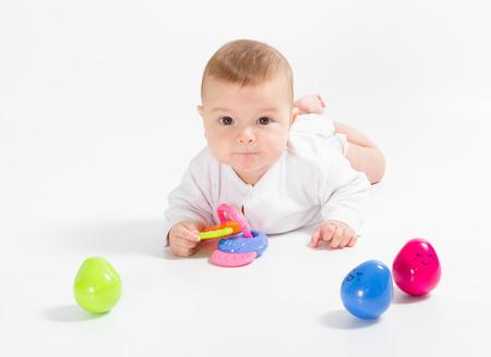 Nouveau-né dans la chemise closeup isolé sur fond blanc. Banque d'images