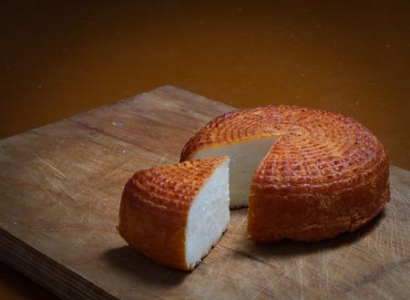 cocina vieja: Inicio ahumado queso rústico en tarjeta de la cocina antigua.