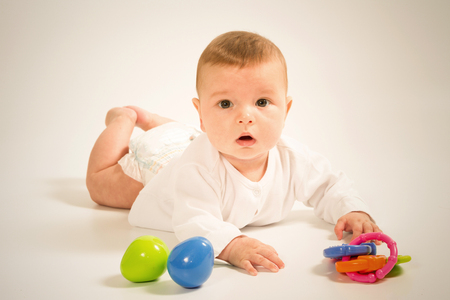 sonaja: Bebé recién nacido con la camiseta de cerca aisladas sobre fondo blanco.