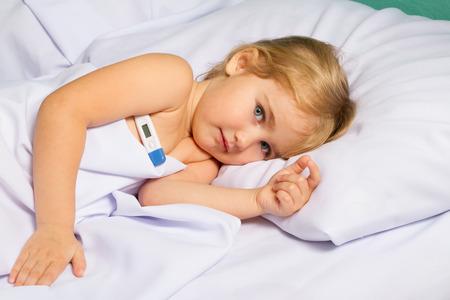 Krank kleines Mädchen in bed.Virus, Grippe, Erkältung, Fieber.