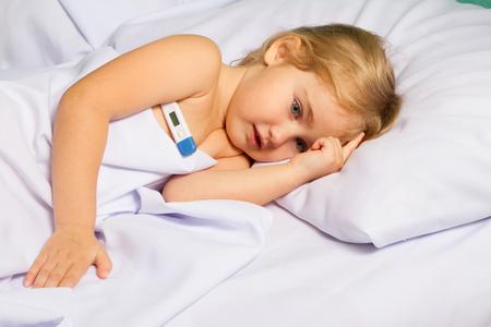 calor: Sick little girl in bed.Virus, flu, cold, fever.