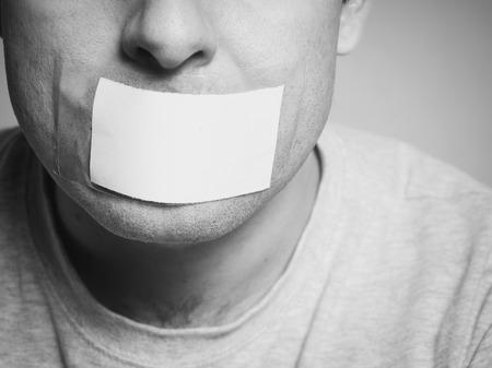 boca: Hombre de raza cauc�sica con cinta adhesiva en la boca, blanco. Imagen conceptual.