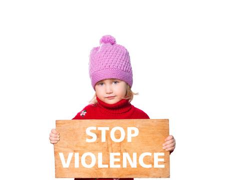 Meisjeholding Board met tekst stop geweld. Geïsoleerd op een witte achtergrond. Stockfoto - 50303101