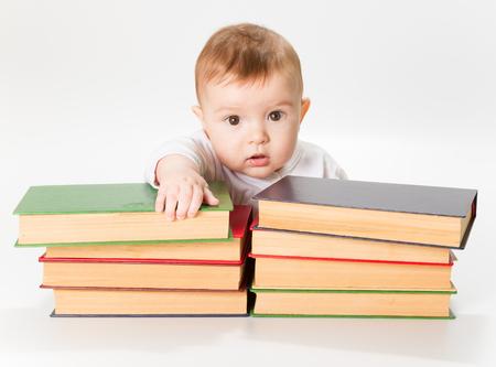 Bébé et livres, les enfants de la petite enfance Développement de l'Education, le Smart Préscolaire lecture Concept, sur fond blanc
