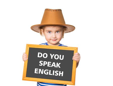 Weinig grappig meisje in striped shirt met blackboard. Tekst spreek je Engels. Geïsoleerd op witte achtergrond Stockfoto - 50884700