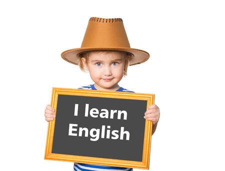 Weinig grappig meisje in striped shirt met blackboard. Tekst die ik Engels leer. Geïsoleerd op witte achtergrond Stockfoto - 50884614