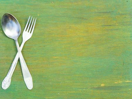 Tenedor y cuchara en la mesa de madera vieja. Textura de la vendimia, fondo. Menú. Foto de archivo