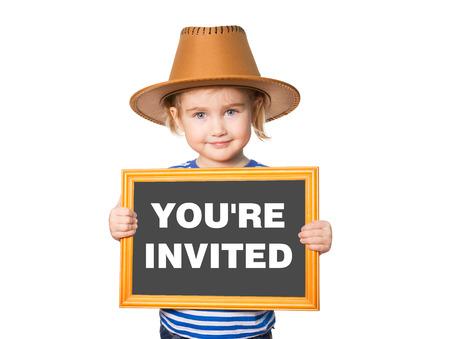 Kleine lustige Mädchen in gestreiften Hemd mit Tafel. Text, den Sie eingeladen. Isoliert auf weißem Hintergrund. Standard-Bild - 50884933