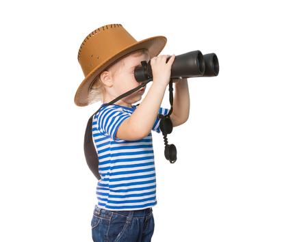 Weinig grappig meisje in gestreept overhemd en hoed op zoek door een verrekijker. Geïsoleerd op witte achtergrond Stockfoto - 50886763
