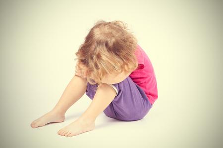 femme triste: petite fille triste couvert son visage assis