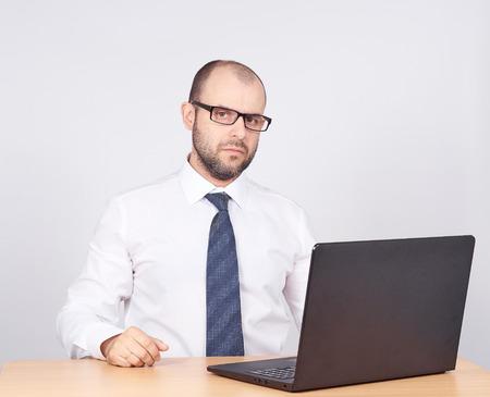 prestar atencion: hombre de negocios que trabaja en un computer.Isolated en el fondo blanco