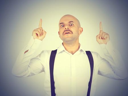 hombre calvo: Idea. hombre calvo bigote muestra el dedo para arriba