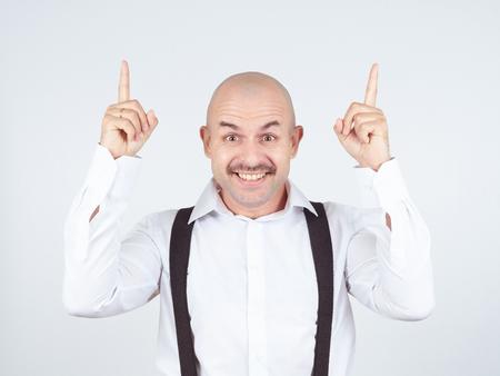 hombre calvo: Idea. Mustache bald man shows finger up
