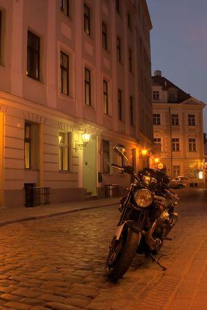 Alte Stadt von Riga in der Nacht mit Motorrad