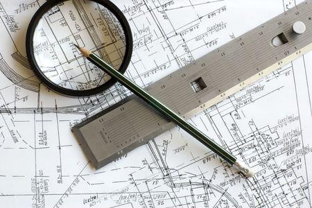Engineering Modell mit Bleistift, Lupe und Stahl Ma�stab Herrscher