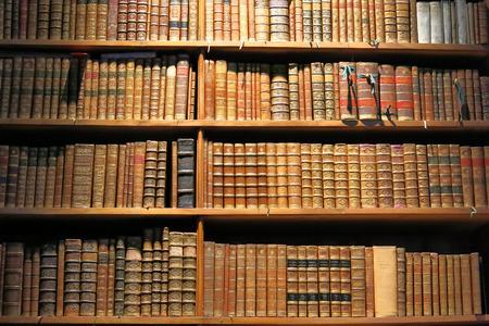 Libros antiguos y de pie en el estante de la biblioteca Foto de archivo - 33441933