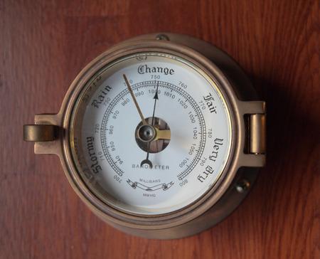 rain gauge: Bar�metro sobre la pared de madera