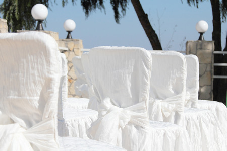 Raws of white celebration chairs Archivio Fotografico