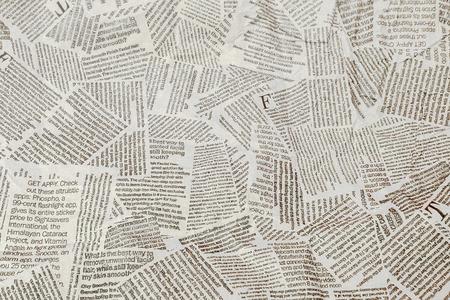 黒と白の繰り返し破れた新聞の背景。連続パターン左、右、上下。