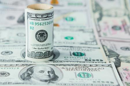 Close-up van stapel dollars tegen de achtergrond van geld.