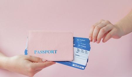 Cierre horizontal mujer turista mantenga en mano boletos para avión con pasaporte naranja, tarjeta de embarque, aislado sobre fondo amarillo. Copie el área publicitaria del espacio. Concepto de viaje de vuelo aéreo.