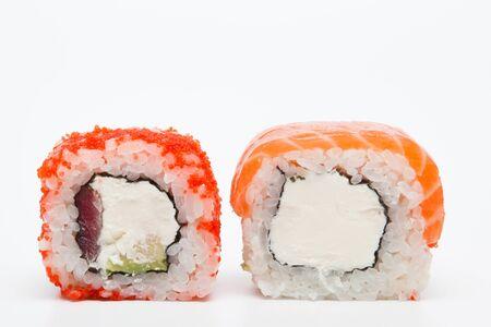Rotolo di Philadelphia, rotoli di sushi isolati su priorità bassa bianca. Collezione. Primo piano di delizioso cibo giapponese con rotolo..