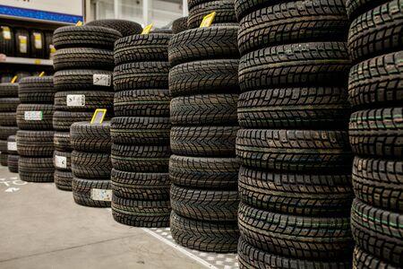 Pneus et roues de voiture à l'entrepôt dans le magasin de pneus