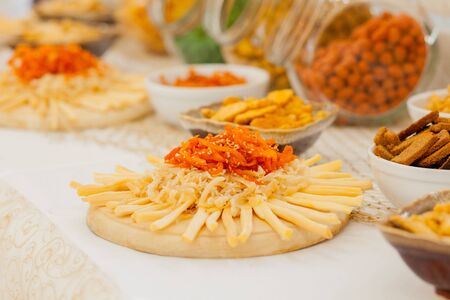 A lots of salty snacks on a table, many cheese and crackers on the table with snacks. 版權商用圖片