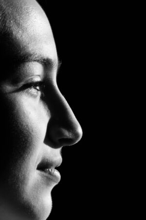 Portrait noir et blanc d'une belle femme brune avec une coiffure bob. Banque d'images