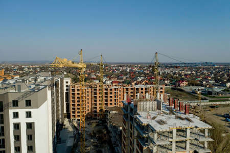 Construction and construction of high-rise buildings, the construction industry with working equipment and workers. View from above, from above. Background and texture. 免版税图像
