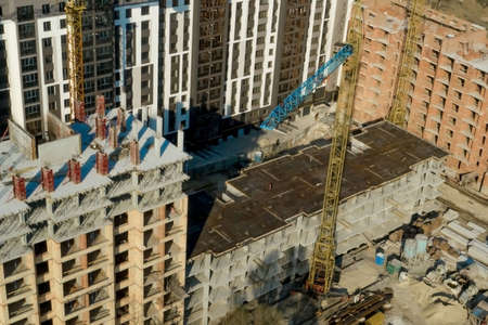 Construction and construction of high-rise buildings, the construction industry with working equipment and workers. View from above, from above. Background and texture. Standard-Bild