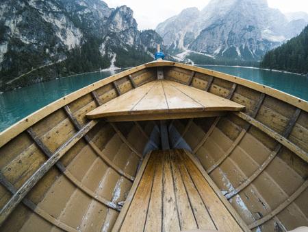 Nos drewnianej łodzi na alpejskie górskie jezioro. Lago di Braies, Alpy Dolomity, Włochy.