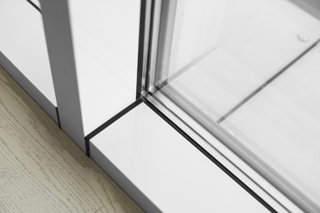Detalle de ventana realizada en perfiles de PVC. Foto de archivo