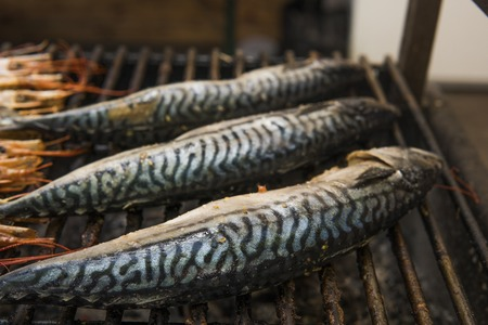 Appetizing mackerel grilled on a fest food. Steet food. Banque d'images