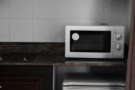 Mikrowelle in einer Küche zum Kochen oder Erhitzen eines Gerichts. Standard-Bild