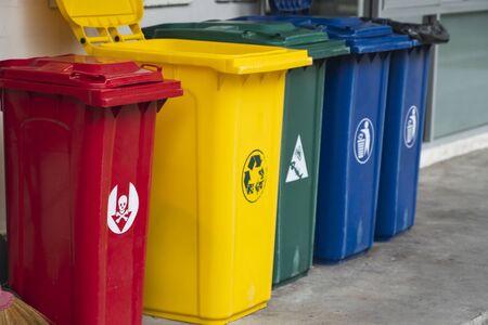 Bidoni della spazzatura per la raccolta di materiali di riciclo. Bidoni della spazzatura per la raccolta differenziata. Raccolta differenziata rifiuti alimentari, plastica, carta e rifiuti pericolosi. Raccolta differenziata. Ambiente