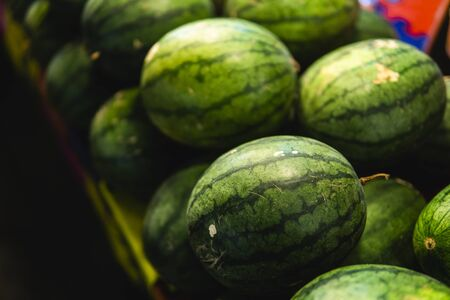 Ripe and sweet watermelons in the market. Close up. A lot of large ripe green striped watermelons. Organic farmer market, store 版權商用圖片 - 131414304
