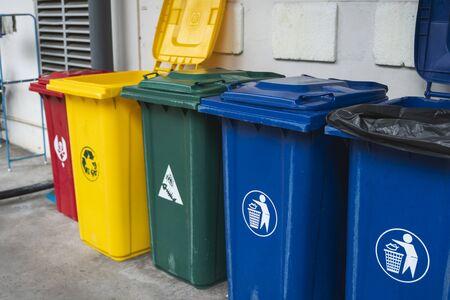 Bidoni della spazzatura per la raccolta di materiali di riciclo. Bidoni della spazzatura per la raccolta differenziata. Raccolta differenziata rifiuti alimentari, plastica, carta e rifiuti pericolosi. Raccolta differenziata. Ambiente.