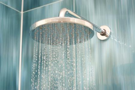 llave de agua: Jefe ducha mientras el agua corriente