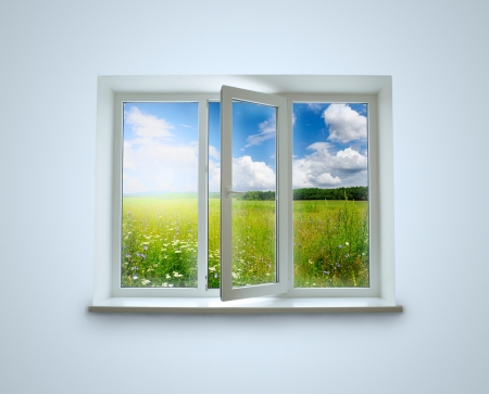 Nieuwe gesloten plastic glas raamkozijn geïsoleerd op de witte achtergrond
