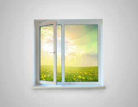 yaşam tarzı: Beyaz zemin üzerine izole Yeni kapalı plastik cam pencere çerçevesi
