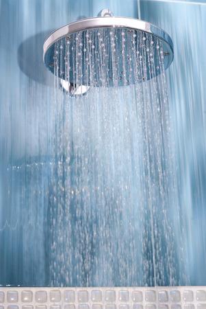Hoofddouche terwijl stromend water
